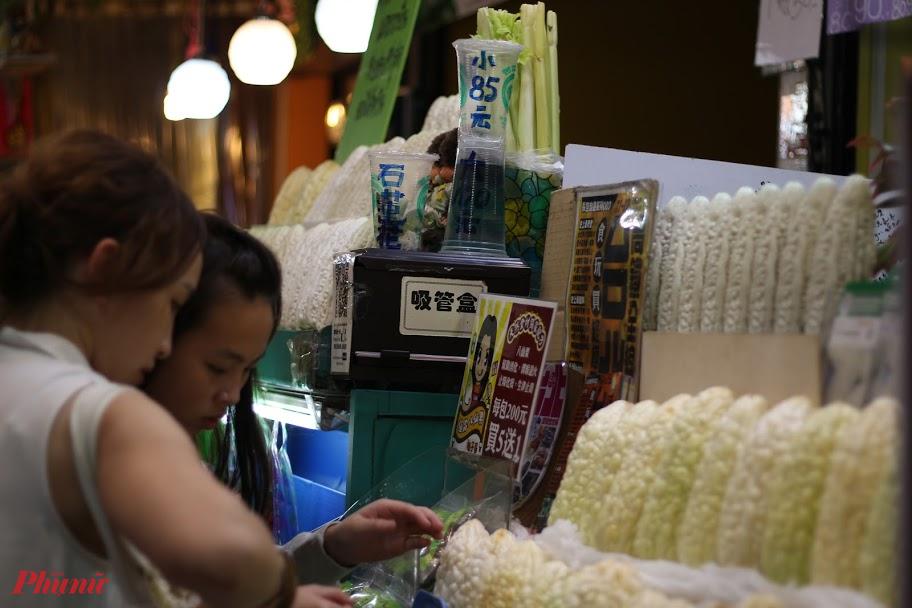 Bạn có thể bắt gặp hàng loạt gian hàng nước ép khổ qua trắng ở các chợ đêm Đài Loan.