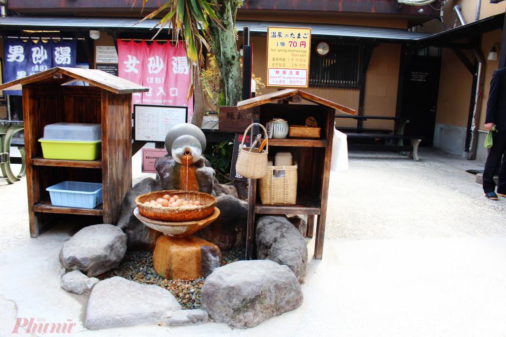 Cách nhanh nhất để rũ sạch cát nóng là bước sang khu onsen. Nước khoáng nóng có nhiều khoáng chất giúp thải độc cho da và kích thích sự tuần hoàn của máu.