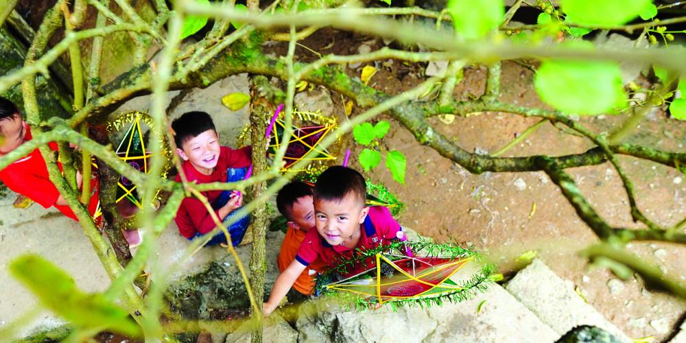 Trẻ em ở Mèo Vạc vui mừng khi nhận đèn trung thu từ Chan La Cà