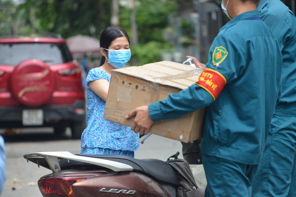 Lực lượng dân quân tự vệ tại TP.HCM hỗ trợ người dân trong khu vực bị phong tỏa do COVID-19