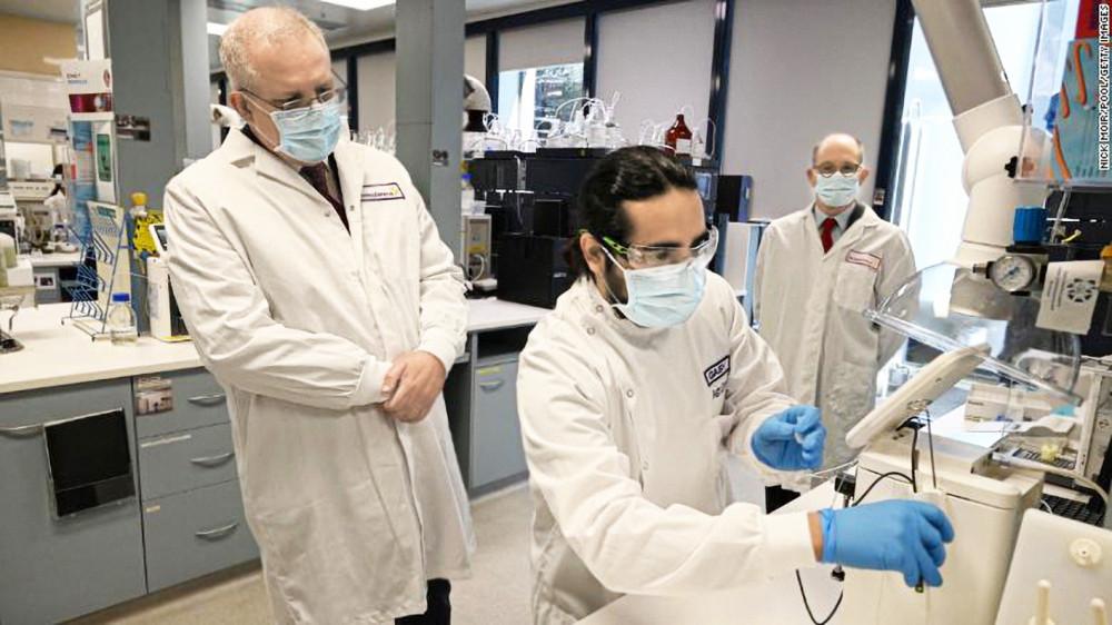 Thủ tướng Úc Scott Morrison thăm các phòng thí nghiệm của AstraZeneca ở Sydney ngày 19/8 - Ảnh: CNN