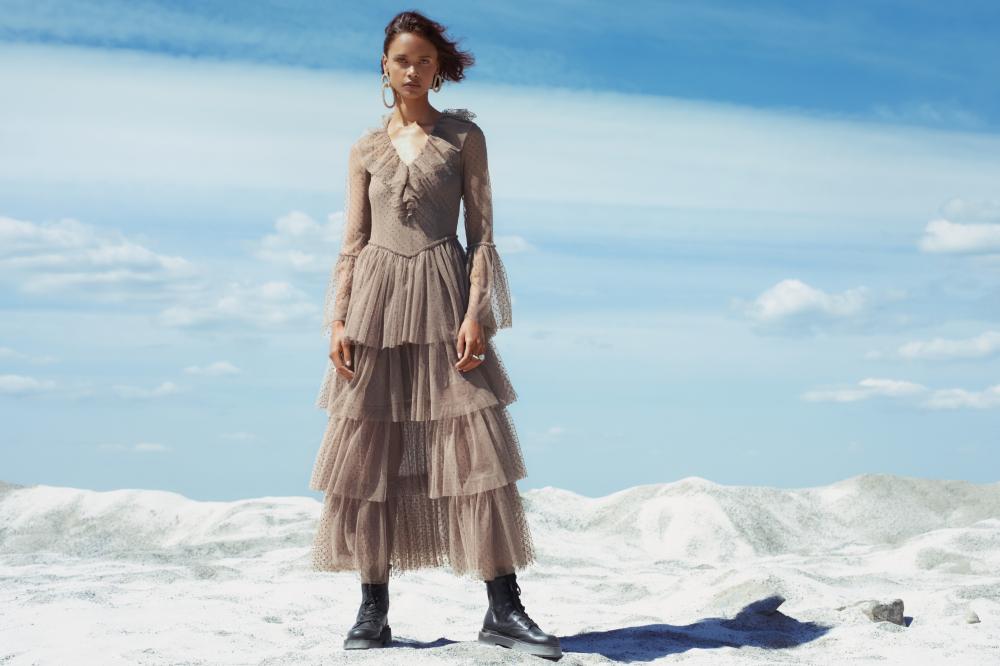 Sandra Mansour thành lập thương hiệu thời trang riêng vào năm 2010, những thiết kế của cô trở nên nổi bật qua từng chi tiết thủ công được chú trọng tỉ mỉ, kết hợp với sự ảnh hưởng từ nghệ thuật và môi trường xung quanh cô ở Beirut.