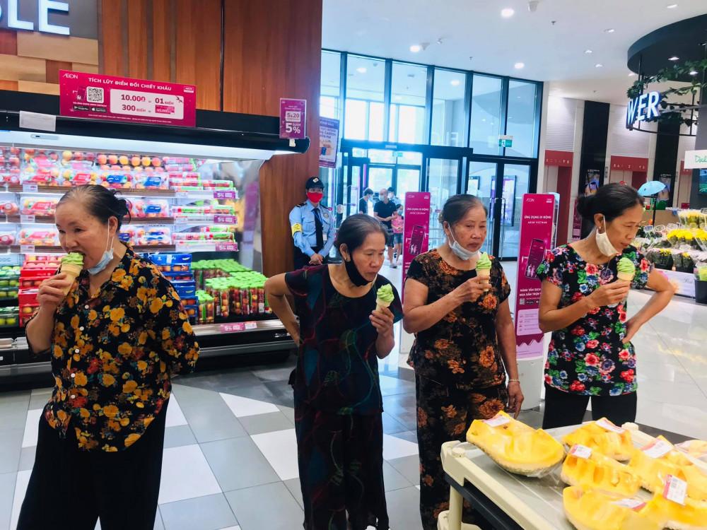 Cộng đồng mạng thích thú với hình ảnh các bà vừa ăn kem vừa ngắm nghía trong siêu thị. Ảnh từ Facebook