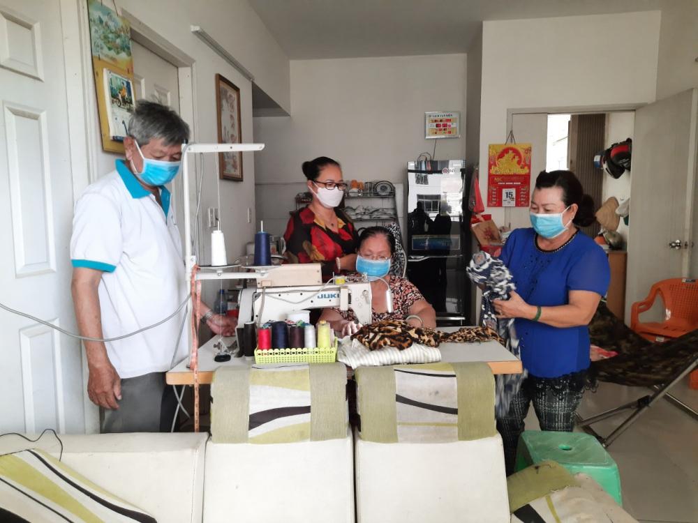 Những nhà có máy may thì mọi người cùng chung tay may mền, khẩu trang để kịp gửi lên Kom Tum cho chị em.