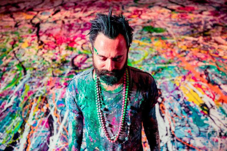 Sacha Jafri và đứng trước bức tranh đặc biệt do chính anh thực hiện.