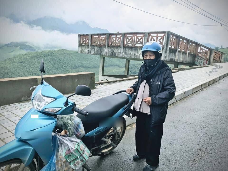 Bà cụ 90 tuổi được cháu đưa đi phượt bằng xe máy. Ảnh từ Facebook