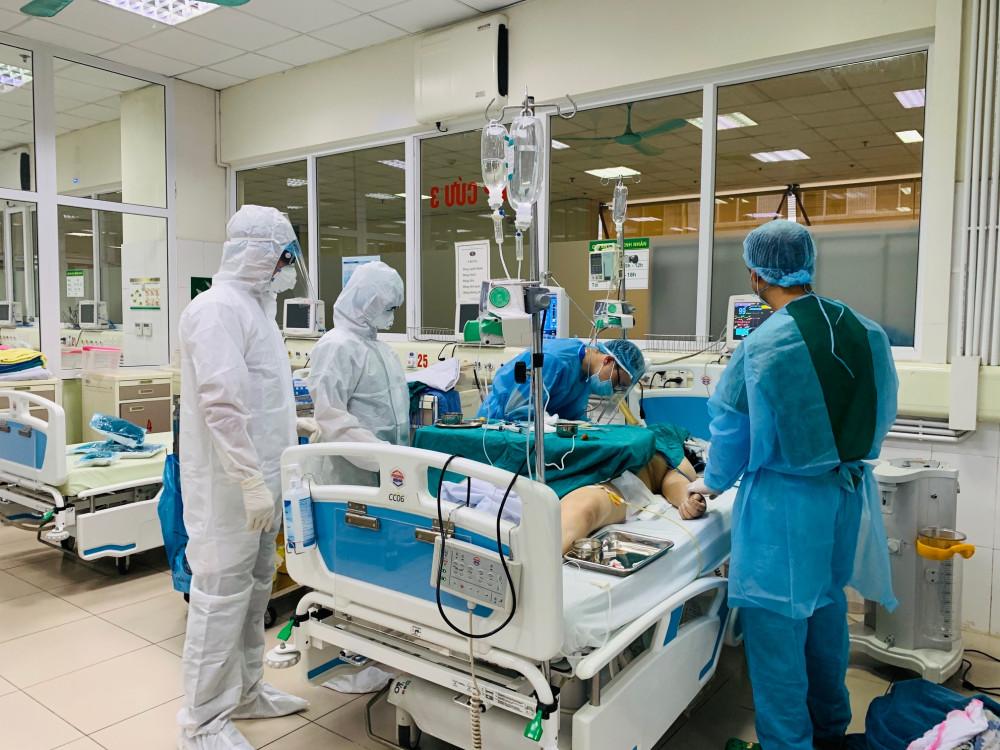 Các bác sĩ đang điều trị cho bệnh nhân mắc COVID-19.