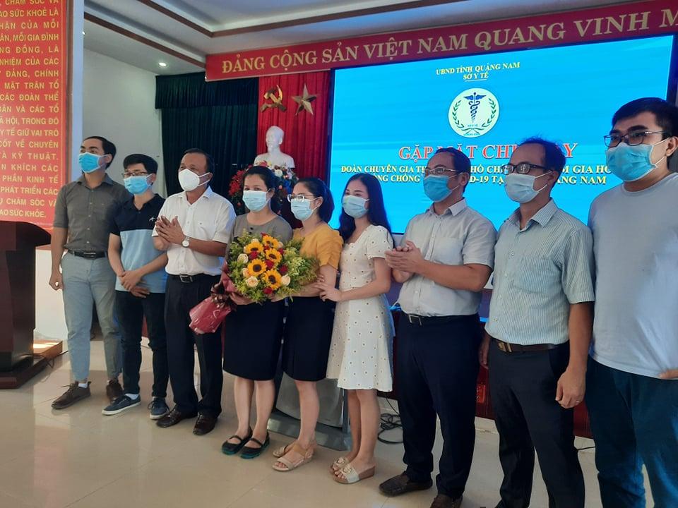 Ông Mai Văn Mười - Phó giám đốc Sở Y tế Quảng Nam tặng hoa, tri ân những đóng góp của đoàn bác sĩ tình nguyện tăng cường cho Quảng Nam