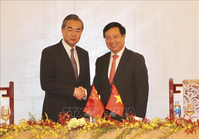 Phó Thủ tướng, Bộ trưởng Ngoại giao Phạm Bình Minh (phải) và Bộ truởng Ngoại giao Trung Quốc Vương Nghị. Ảnh tư liệu: TTXVN