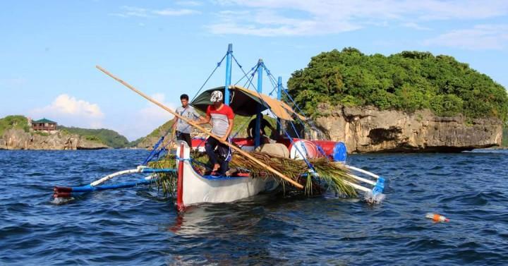 Cảnh sát biển Trung Quốc thu giữ ngư cụ truyền thống của ngư dân Philippines tại bãi cạn Scarborough vào tháng 5/2020.