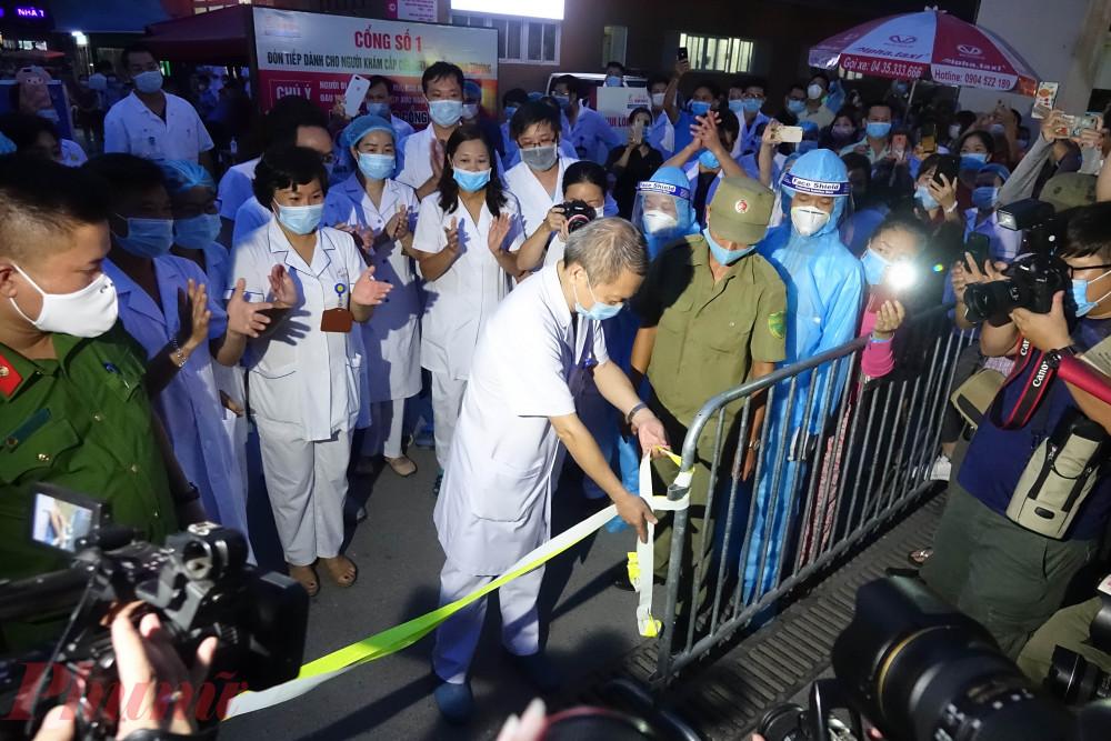Khoảnh khắc Bệnh viện E được dỡ bỏ phong tỏa, tối ngày 20/8/2020. Ảnh: An Vũ
