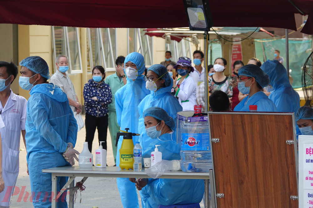 Nhân viên y tế Bệnh viện E (Hà Nội) chờ đợi lệnh bỏ cách ly vào tối 20/8