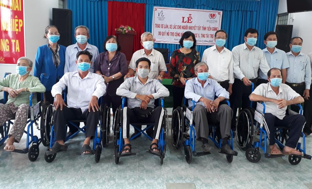 Quỹ Lawrence S. Ting trao tặng xe lăn, xe lắc cho người khuyết tật tại tỉnh Tiền Giang. Ảnh: Phú Mỹ Hưng cung cấp