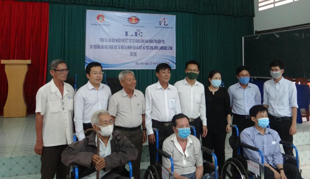 Vào chiều cùng ngày, Quỹ Lawrence S. Ting cùng Sở Lao động-Thương binh và Xã hội tỉnh Bến Tre, Trường ĐH KHXH&NV đã trao tặng 80 chiếc xe lăn cho cho người khuyết tật. Ảnh: Phú Mỹ Hưng cung cấp