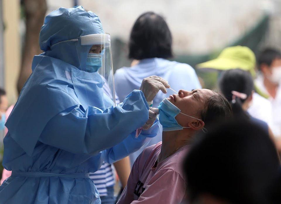 Nhân viên y tế lấy mẫu xét nghiệm COVID-19 tại Đà Nẵng