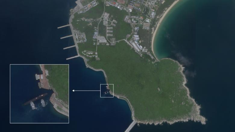 Vật thể có hình dạng tàu ngầm tiến vào khu vực căn cứ quân sự của Trung Quốc ở cực nam đảo Hải Nam.