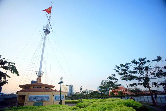 Cột cờ Thủ Ngữ nằm bên cạnh sông Sài Gòn.