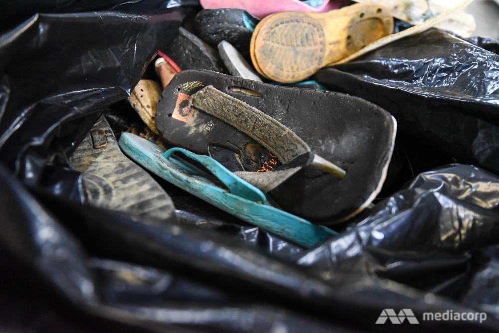 Các tình nguyện viên thu gom rác thải, trong đó có dép nhựa đã bị bỏ đi để tái chế