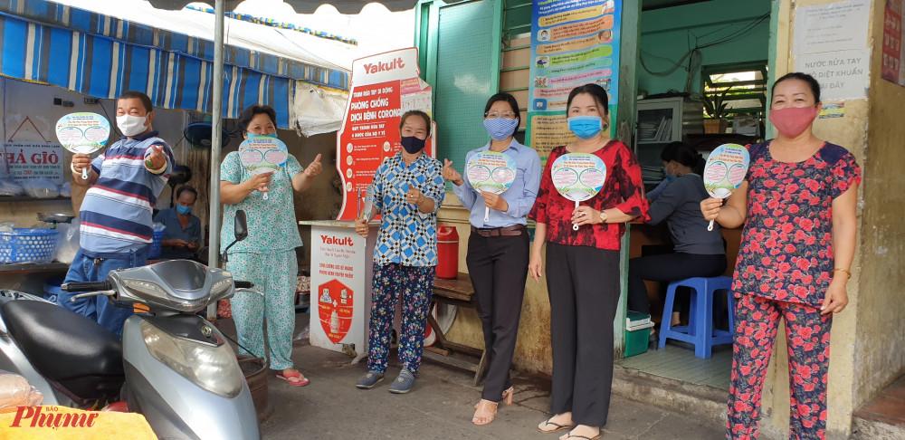 Hội LHPN phường Phú Trung, quận Tân Phú thiết kế và tặng chiếc quạt nan bằng nhựa với thông điệp an toàn vệ sinh thực phầm trong tiểu thương