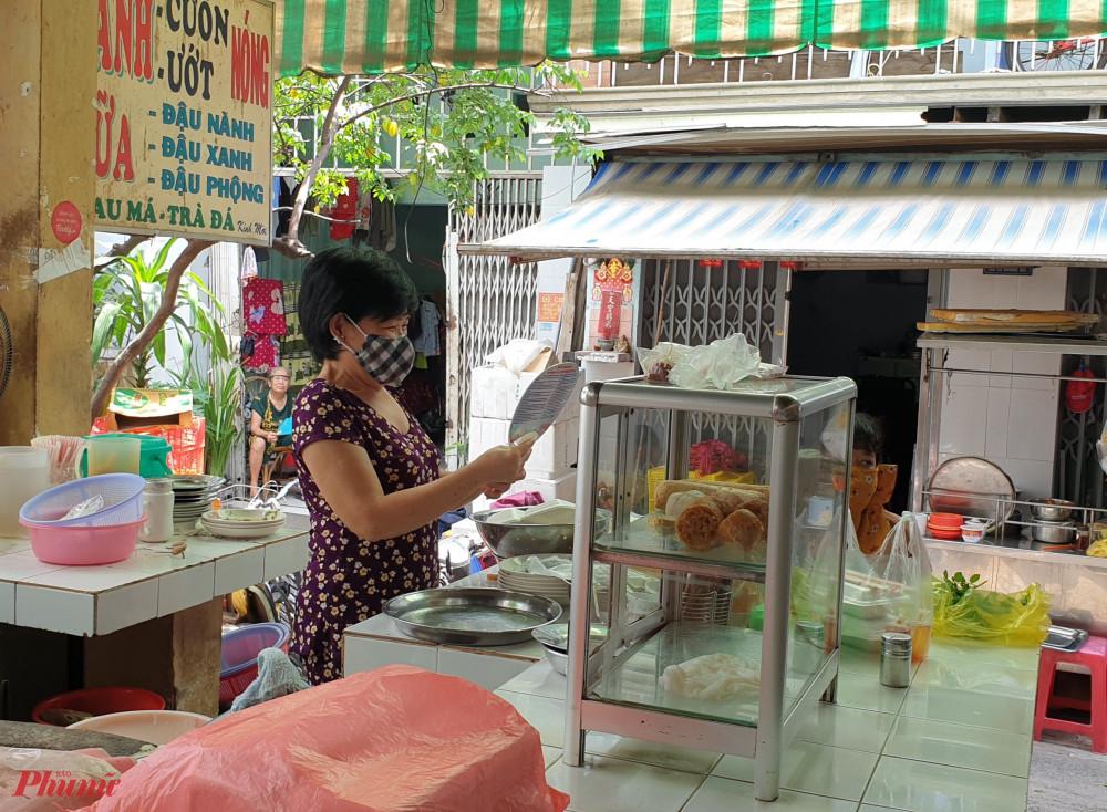 Các dì, chị tham gia tuyên truyền và tặng quạt cho tiểu thương tại chợ Phú Trung