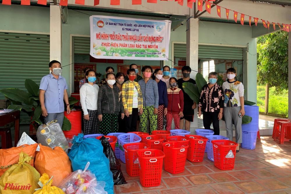 Hoạt động thu gom rác thải nhựa đổi lấy giỏ đựng rác tại xã Trung Lập Hạ, huyện Củ Chi