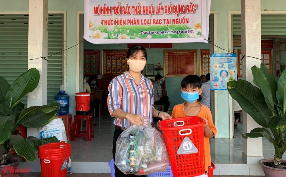 Các em nhỏ cũng háo hứng theo bà, theo mẹ mang rác thải nhựa để đỗi lấy giò đựng rác.