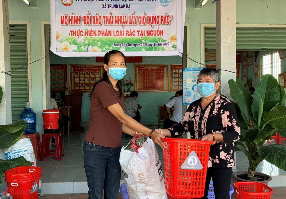 Các dì, chị thu gom rác thải nhựa và đem đến tham gia hoạt động