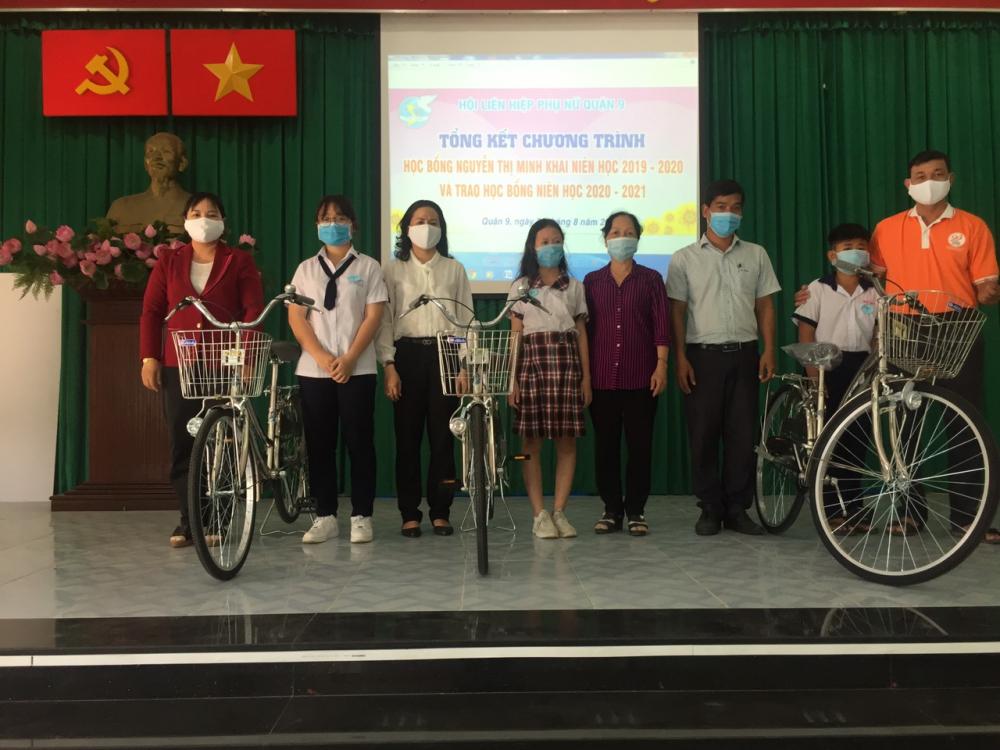 Trong năm học 2020 - 2021, Hội LHPN quận 9 tặng xe đạp cho ba em học sinh có hoàn cảnh khó khăn, nỗ lực học tốt.