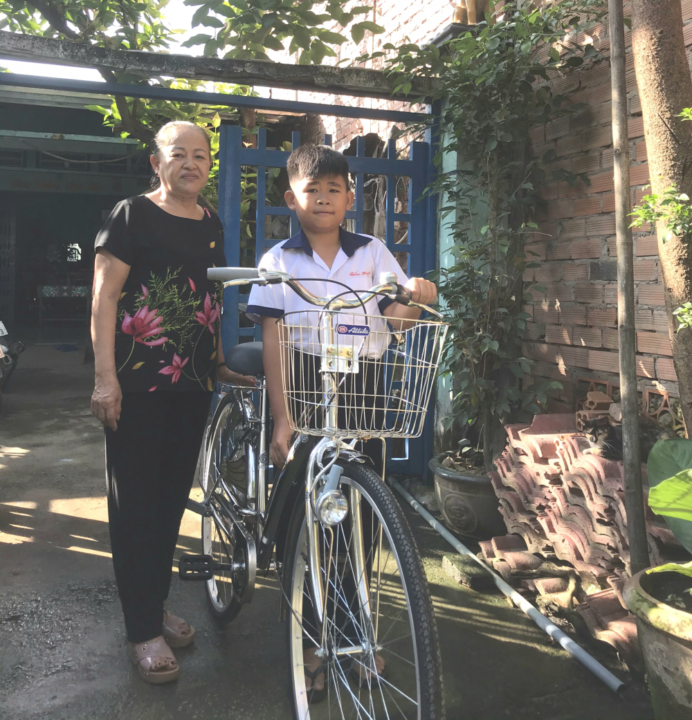 Cũng như Tường Vy, ngay khi được trao xe đạp, Tấn Đạt dắt về nhà nhờ nội hướng dẫn tập chạy.