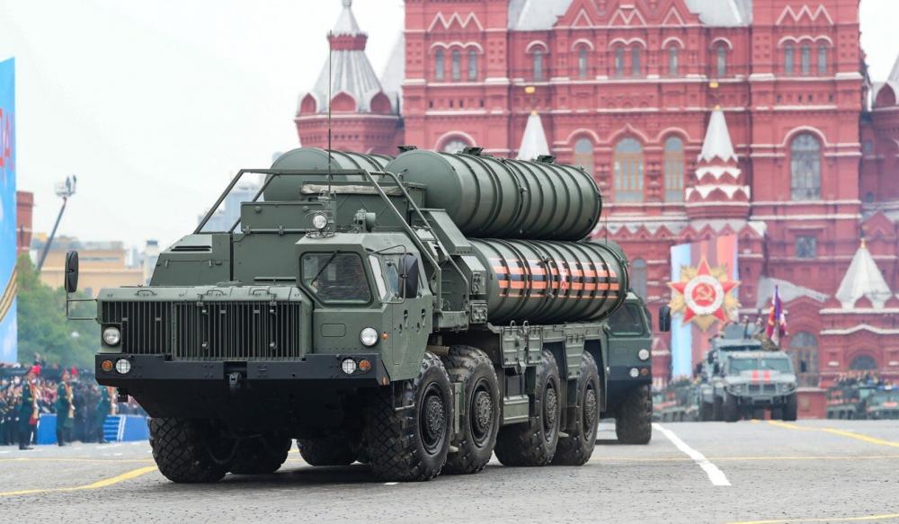 Hệ thống tên lửa đất đối không S-400 của Nga tham gia diễu binh ở Quảng trường Đỏ, Moscow - Ảnh: Xinhua