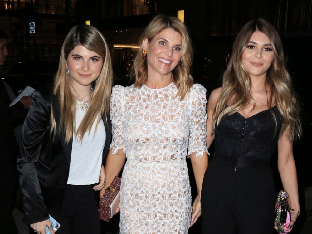 Nữ diễn viên và 2 cô con gái được bố mẹ cưng chiều hết mực.