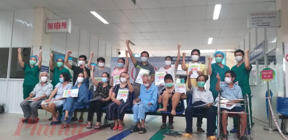 16 bệnh nhân khỏi COVID-19 vui mừng ra viện