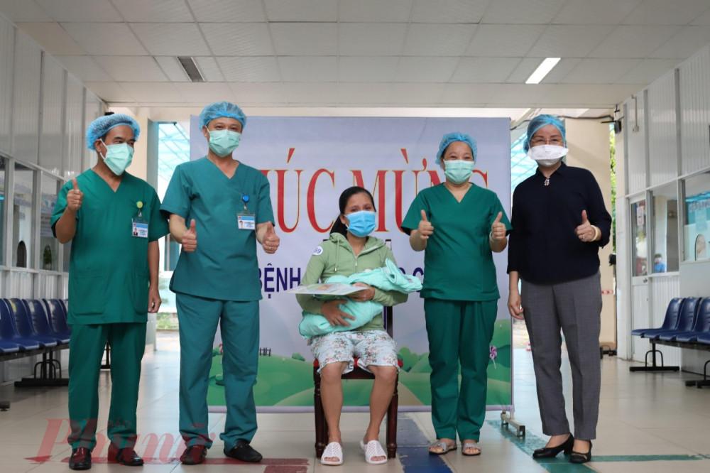 Bệnh nhân 569 và con gái thời khắc ra viện
