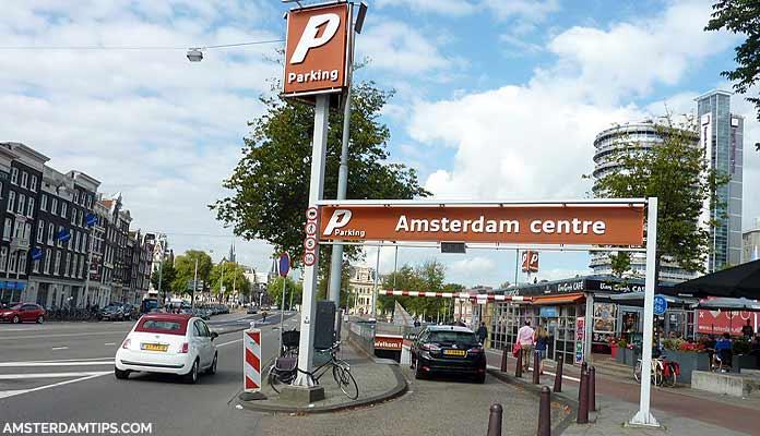 Giá vé đậu xe đắt đỏ cũng khiến nhiều tài xế ô tô e ngại - Ảnh: Amsterdamtips