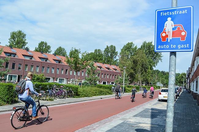 Trên những con đường dùng chung giữa xe đạp và ô tô có tâm biển như thế này thì có nghĩa là, xe đạp được ưu tiên hàng đầu - Ảnh: Modacity