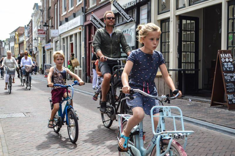 Khuyến khích sử dụng xe đạp mang lại nhiều lợi ích cho con người - Ảnh: Modacity