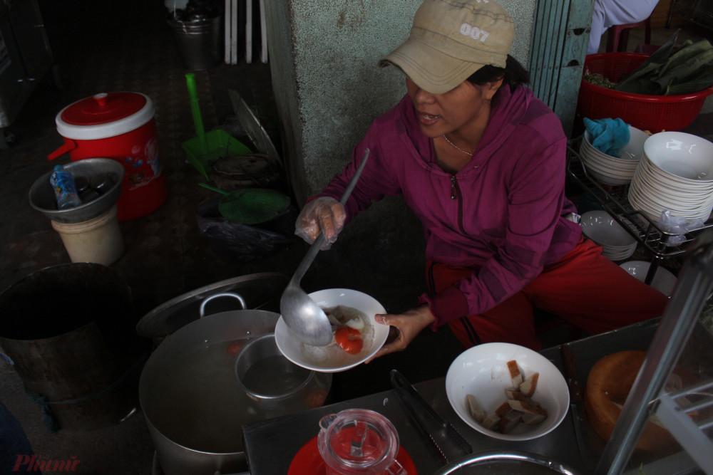 Mỗi lần đến Nha Trang, tôi đều tranh thủ ăn một tô bún cá.