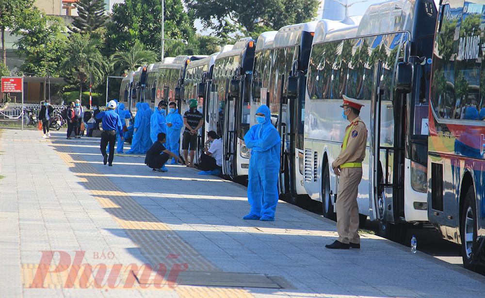 Sáng 22/8, tỉnh Quảng Ngãi đã điều 29 xe khách, mỗi xe được bố trí 25-30 người để bảo đảm khoảng cách. Với 29 đầu xe này có thể vận chuyển gần 730 người đã đăng ký và những trường hợp phát sinh.