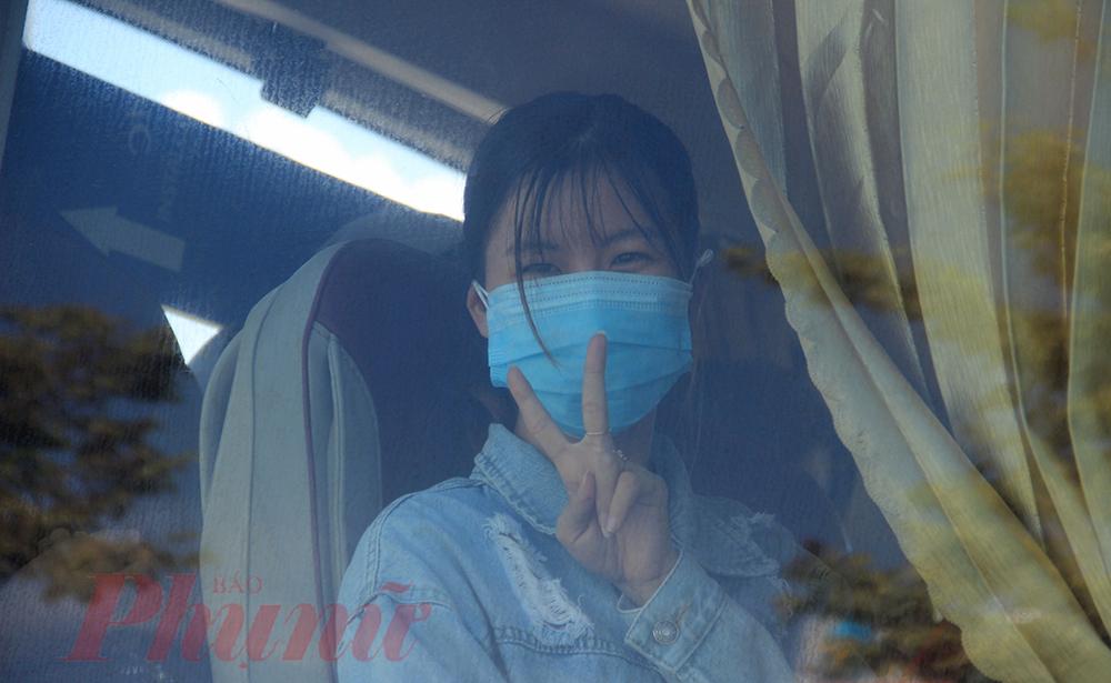 Một cô gái Quảng Ngãi vui mừng khi được trở về quê sau 1 tháng mắc kẹt tại tâm dịch Đà Nẵng