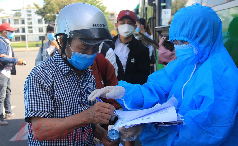 Ngay trong sáng 22/8, nhiều người dân Quảng Ngãi đã tập trung về Quảng trường 29/3. Tất cả đều mang khẩu trang, chấp hành các yêu cầu của lực lượng chức năng trước khi lên xe.