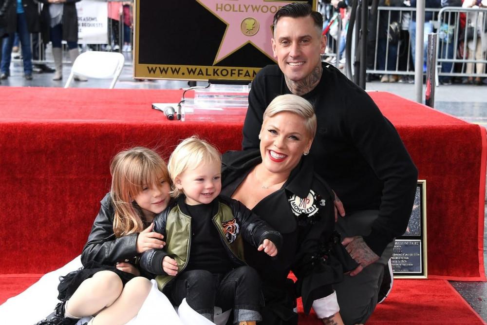 Pink bên cạnh 2 con và chồng tại sự kiện cô nhận ngôi sao danh dự trên đại lộ danh vọng Hollywood.