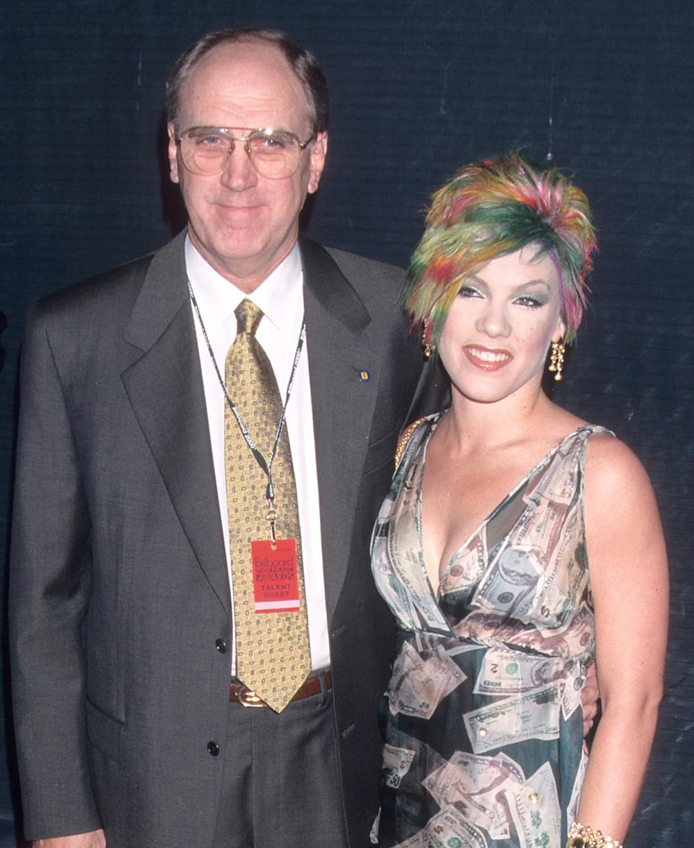 Pink bên cạnh bố của mình, người đã truyền cho cô tình yêu âm nhạc.