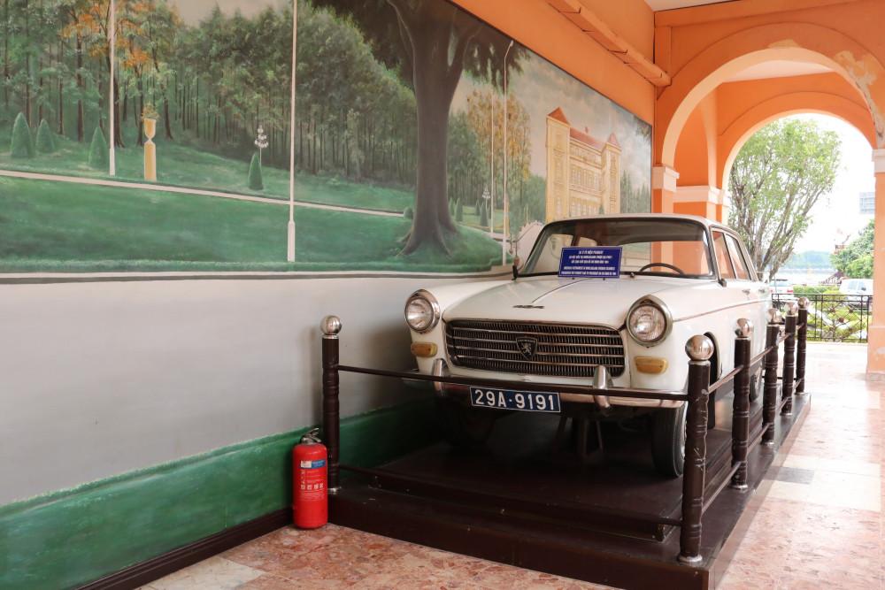 Chiếc xe ô tô hiệu Peugeot - do Việt kiều tại Novelgeland (thuộc địa Pháp) gửi tặng Bác Hồ năm 1964 được trưng bày trong Bảo tàng
