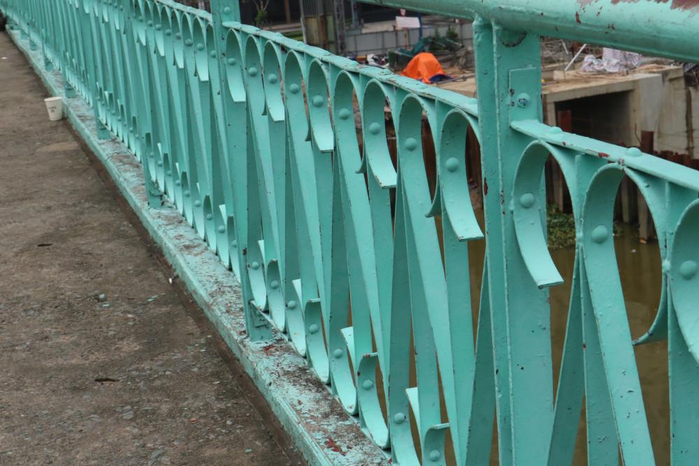 Màu xanh nổi bật làm nên vẻ đẹp khác biệt của cầu Mống