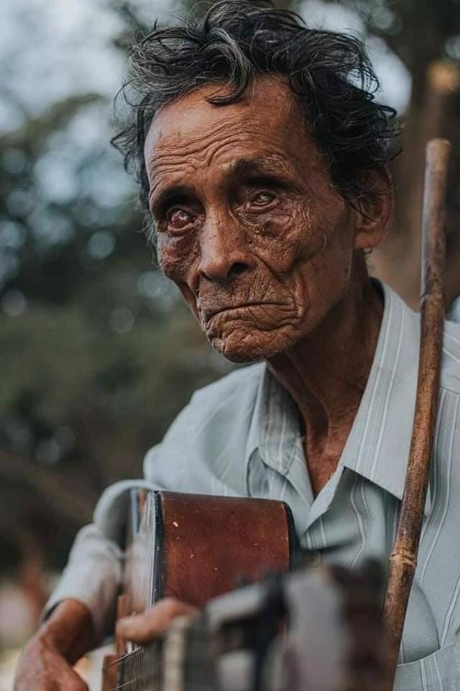 Bức ảnh chụp cụ Nguyễn Văn Minh, 73 tuổi, bị mù lòa vẫn làm nghề hành khất mưu sinh ở Ninh Thuận của một người chụp chưa rõ danh tính được chia sẻ trên mạng gây xúc động trong nhiều ngày qua.