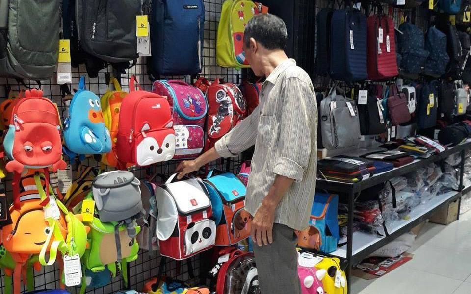 Người cha nghèo chọn mua ba lô mừng sinh nhật con đầy xúc động. Hình: Internet