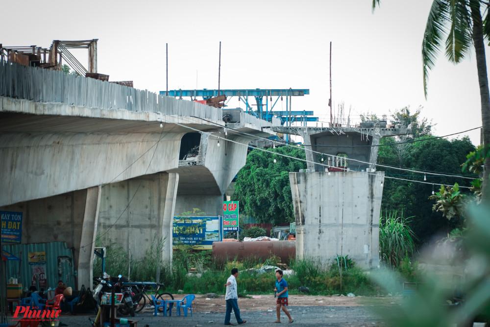 Dự án cầu đường Nam Lý (quận 9) khởi công từ tháng 10-2016 và dự kiến hoàn thành sau một năm rưỡi thi công, nhưng đến nay vẫn chưa biết khi nào công trình mới được đưa vào sử dụng.