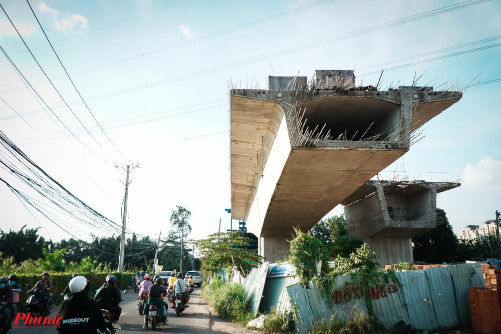 Những khối bê tống, cốt thép của Cầu Nam Lý phơi nắng, phơi mưa đợi chính quyền hoàn thiện công tác giải phóng mặt bằng