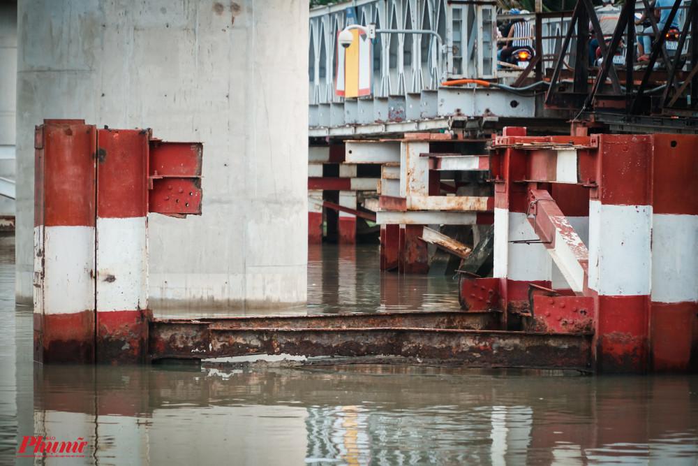 Những chân cầu của cầu Long Kiển đã gỉ sét, không biết trụ được bao lâu