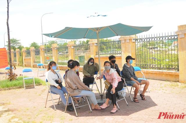 Người lao động, sinh viên... đang chờ đo thân nhiệt, lấy thông tin để về phòng ở khu cách ly